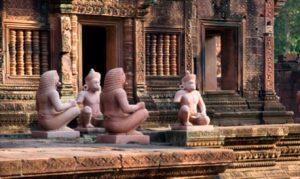 5 FEVRIER : Siem Reap  Rencontre les artisans éthiques: la Ferme Golden Silk, la maison de Theam et rendez-vous à l'atelier avec Eric Raisina. Visite de la galerie One Eleven, de Banteay Srei et de Banteay Samre. Visionnage du spectacle de théâtre d'ombres Khmer.